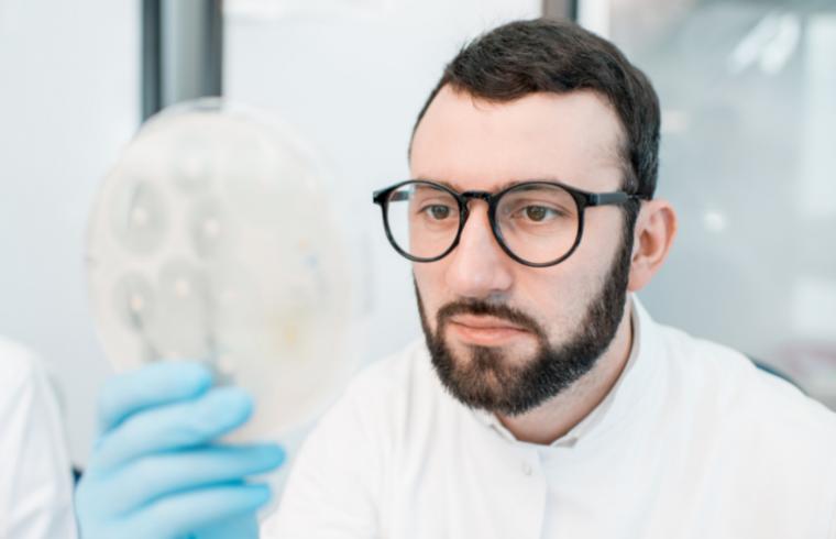 O Uso de Antibióticos em Granjas Avícolas e o Surgimento de Cepas Multirresistentes